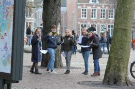 Alfa-academie leerlingen op domplein voor een opdracht